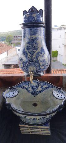 ANTIGA  Fonte  em Faiança  Portuguesa Lindíssima.