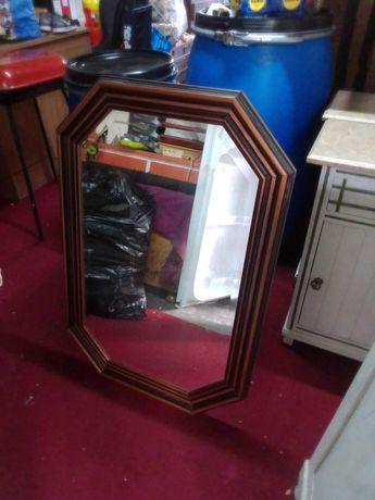 Espelho com bordo laminado e moldura octogonal