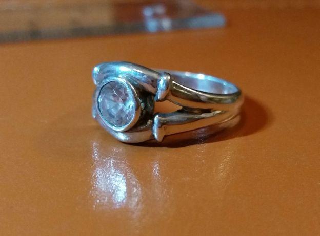 biżuteria Srebrny pierścionek z kryształowym oczkiem
