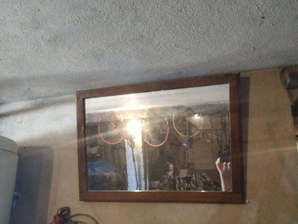Espelho com moldura de madeira antigo
