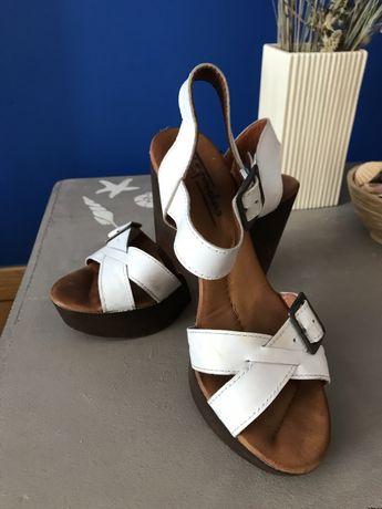 Sandalias brancas marca Tapadas