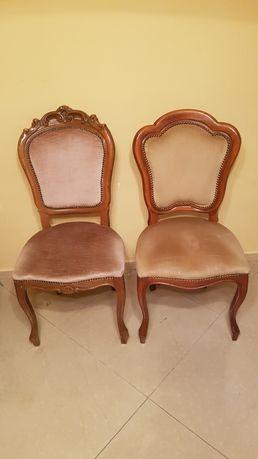Stare krzesła drewniane tapicerowane.