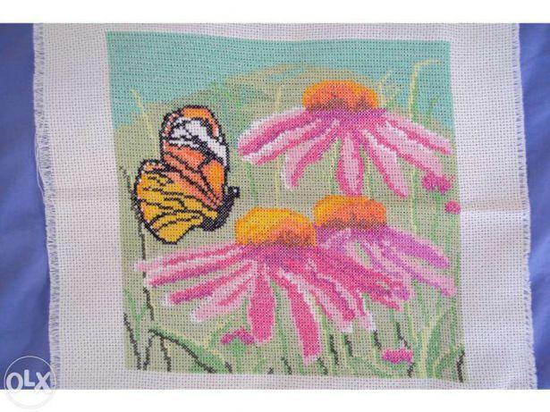 Quadro em ponto cruz borboleta num jardim