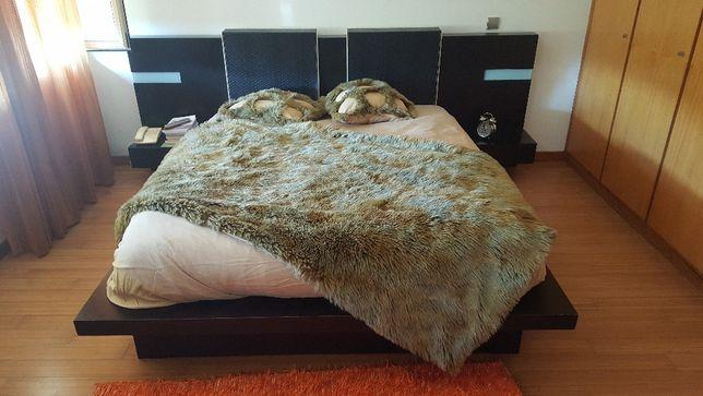 Quarto Casal, cama grande e 2 camiseiros.