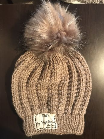Karmelowa damska zimowa czapka z pomponem futerkiem