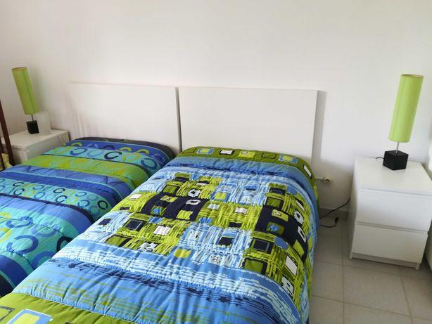 Mobília de quarto completa, com colchões e roupeiro.