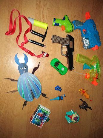Pistolety figurki puzzle autko latarki