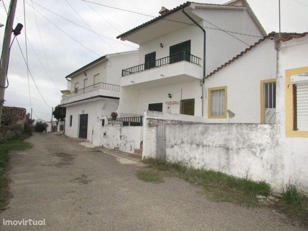 Moradia de 2 pisos e lote de terreno com anexos, Mouriscas, Abrantes