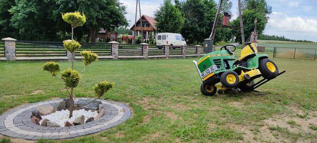 Kosiarka traktorek John Deere z nowym silnikiem i beczkowóz kosz