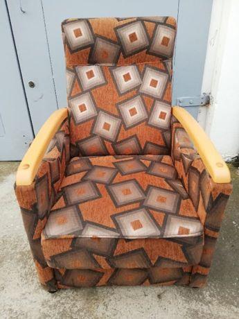 dwa fotele z kolorową tapicerką