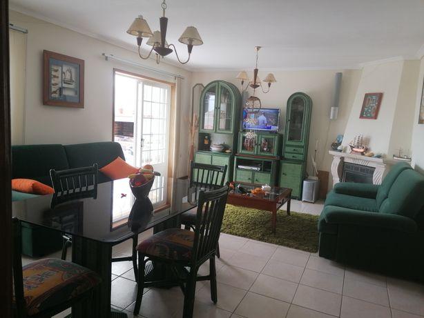 Mobília de sala, com sofás mesa com tampo de vidro e quatro cadeiras
