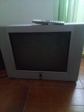 Televisão CRT grande.