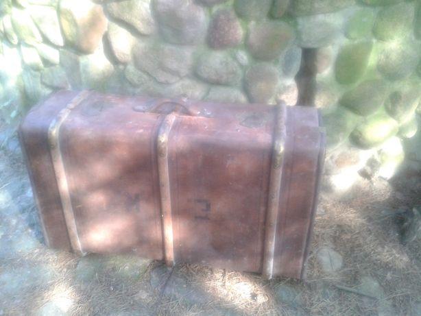 stary kufer podróżny waliza wykopek strychowy vintage decor weteran