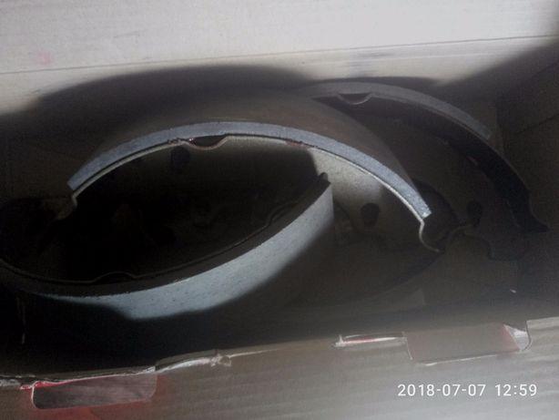 Тормозные задние колодки на Рено 19