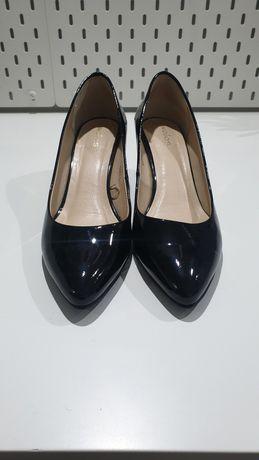 Klasyczne niskie szpilki WOJAS lakierowane czarne rozmiar 39