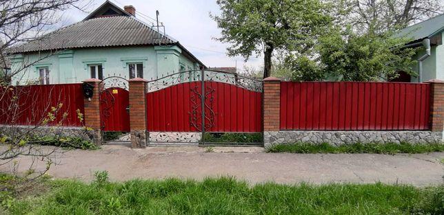 В городе Ромны по ул. Сумской продается дом со всеми удобствами.
