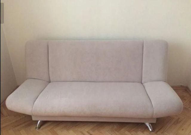 Dwuosobowa rozkładana kanapa z pojemnikiem na pościel.