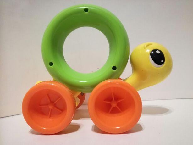 Zabawka żółw jeździ