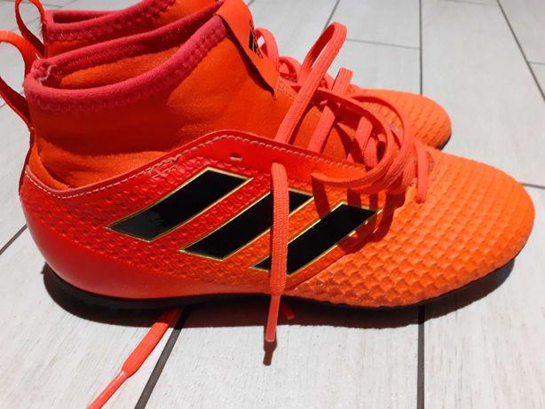 Buty chłopięce Adidas do gry w piłkę nożną.