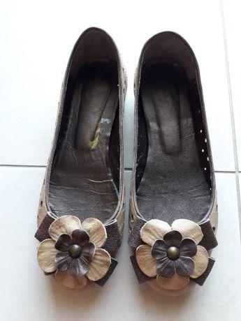 Sapatos de salto raso em pele