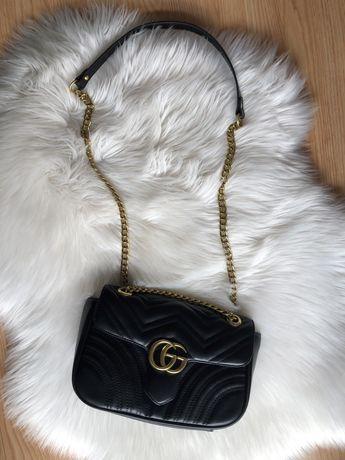 Czarna Torebka Gucci ze zlotym lancuszkiem  na zlotym lancuchu