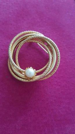 Broszka metalowa koloru złotego ze sztuczną perłą okrągła zwijana