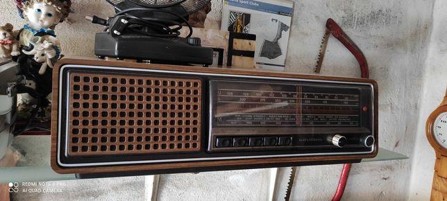 Rádio antigo em bom estado