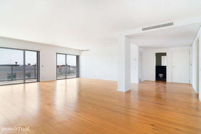 Apartamento T3 para arrendamento em condomínio com jardim, Lisboa