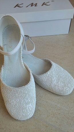 Biale buciki, pantofelki dla dziewczynki