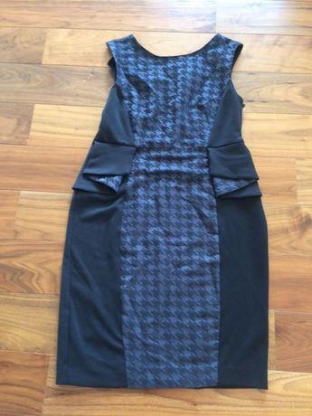 Sukienka z baskinką z modną wstawką.