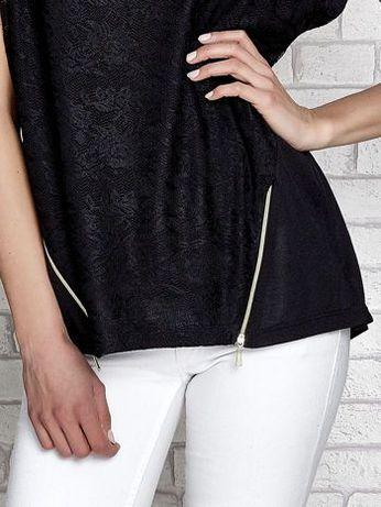Czarny koronkowy t-shirt z dekoracyjnymi suwakami