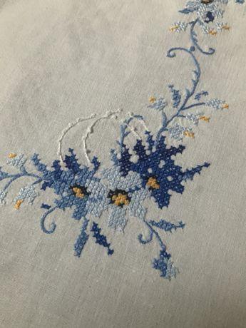 Obrus biały ręcznie haftowany kwiaty rękodzieło do kolekcji