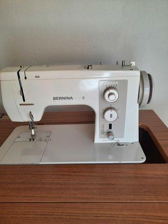 Máquina de costura Bernina com móvel