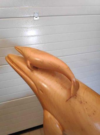 Uma estátua esculpida à mão de uma baleia e um filhote