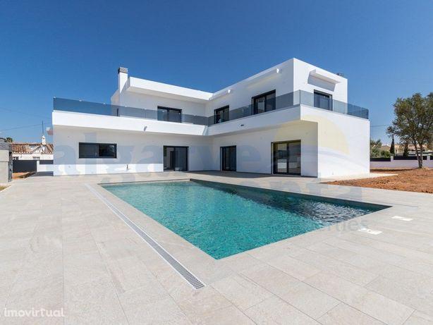 Moradia de Luxo V3 com piscina privada e acabamentos de p...