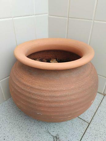 Vasos decorativos de exterior em barro