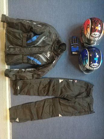 Dwa kaski motocyklowe i odzież motocyklowa - zestaw