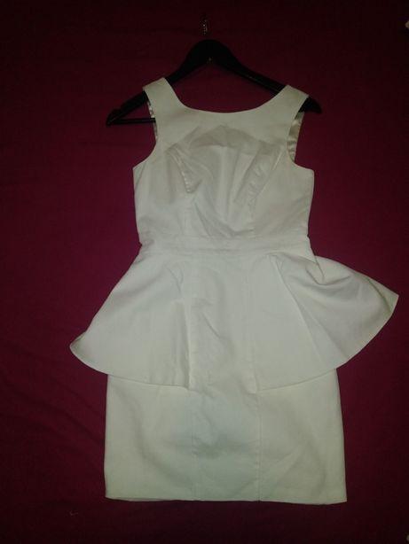 Seksowna biała sukienka typu baskinka