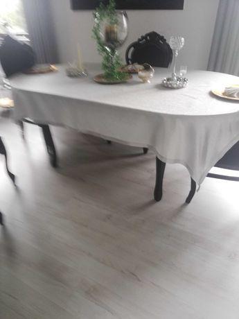 Duży czarny stół bez krzeseł