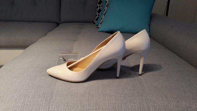 Śliczne buty z kolekcji ślubnej Conhpol