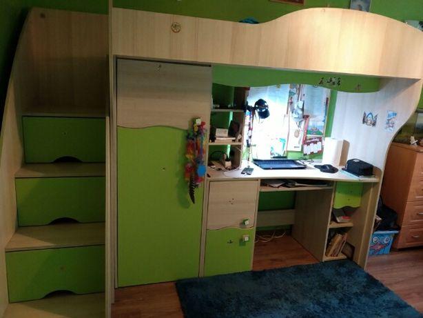Łóżko piętrowe na antresoli z biurkiem, biurko