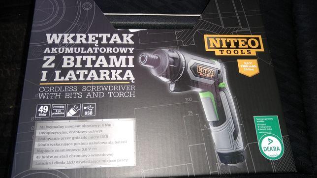 Wkrętak akumulatorowy z bitami i latarką