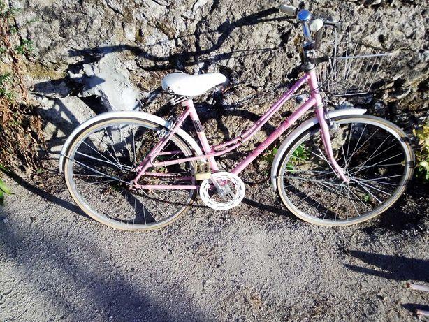 Bicicleta de senhora para restaurar.Só negócios em mão.