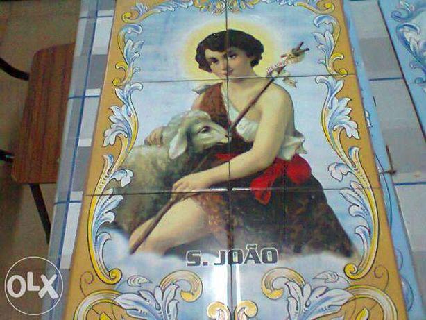 Vendo azulejos com imagens de santos