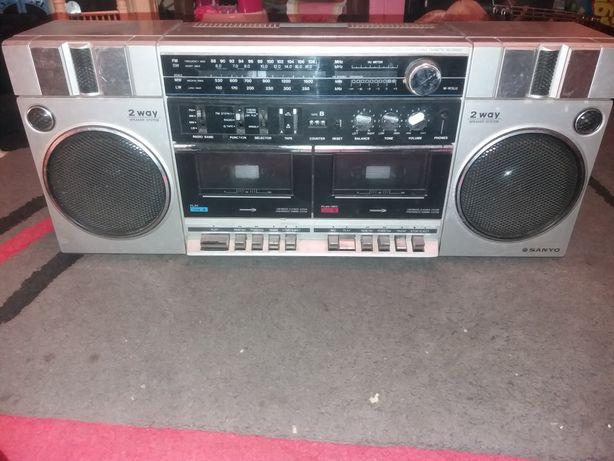 Stary działający radiomagnetofon SANYO