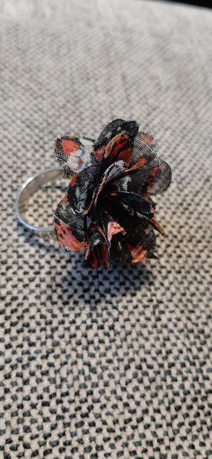 Pierścionek z materiałowym kwiatkiem