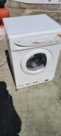 Máquina de lavar e secar a roupa a funcionar