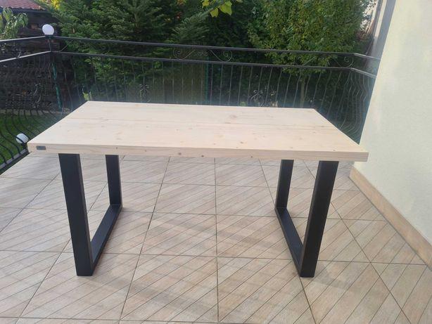 Stół drewniany na metalowych nogach