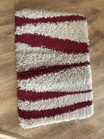 Biały dywanik -chodniczek w bordowe wzory