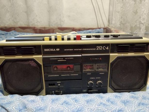 """Портативный стереофонический кассетный магнитофон """"Весна М-212"""